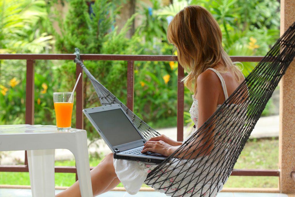 El 'workation' no es un sustitutivo de las vacaciones. Es añadir ocio a nuestra jornada laboral o estar de vacaciones durante nuestras horas libres; es vacacionar durante el trabajo, es decir, se extiende la temporada a todo el año.